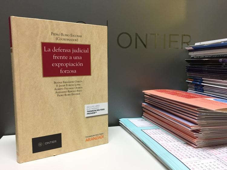 Prestigiosas revistas de Derecho recomiendan la obra de Derecho Público coeditada por ONTIER y Aranzadi