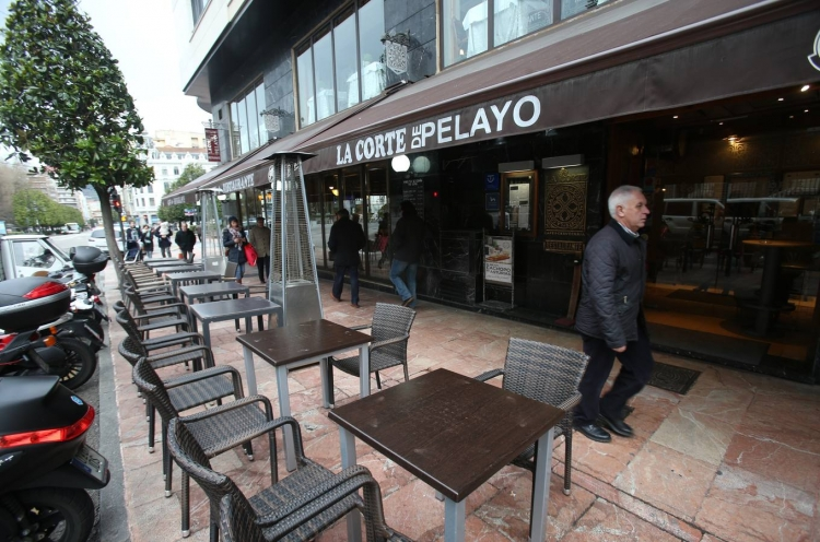 Oviedo City Council commissions ONTIER to draft the municipal ordinance on outdoor hospitality. Newspaper EL COMERCIO features the information.
